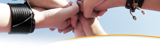 L'immagine rappresenta delle mani che si incontrano in segno di supporto / unione